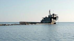 La nave Ran Aground On The Beach después de la tormenta, nave que aherrumbra en el mar almacen de metraje de vídeo