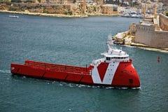 La nave rossa e bianca sta assalendo il porto a Vallenta Malta immagini stock libere da diritti