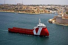 La nave rossa e bianca sta assalendo il porto a Vallenta Malta immagine stock