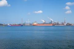 La nave scarica il minerale di ferro all'acciaieria sulla costa vicino a IJmuid immagine stock