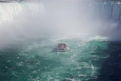 La nave sola en la niebla del Niagara Falls foto de archivo