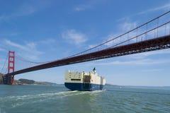 La nave sotto il ponticello di cancello dorato. Fotografie Stock
