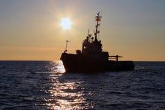La nave su un tramonto Fotografie Stock