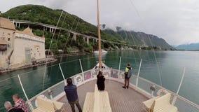 La nave turística navega a lo largo del lago Lemán al castillo de Chillon almacen de metraje de vídeo