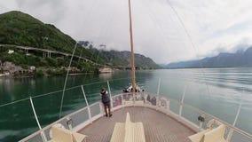La nave turística navega a lo largo del lago Lemán al castillo de Chillon almacen de video