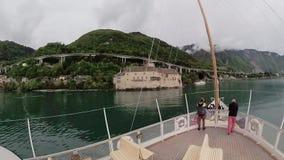 La nave turistica naviga lungo il lago Lemano al castello di Chillon stock footage