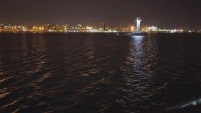 La nave va al puerto de Odessa cerca del faro en la noche metrajes
