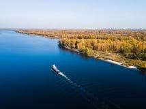 La nave va dal fiume di Dnipro fotografie stock libere da diritti