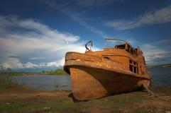 La nave vieja oxidada en costa del río Imagen de archivo libre de regalías