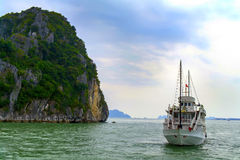 La nave y la roca. fotografía de archivo libre de regalías
