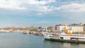 La nave y los ferris turísticos trafican en la opinión del timelapse de Bosphorus del puente de Galata en Estambul, Turquía metrajes