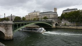 La navegación de las travesías del río trae a viajeros pasajeros viaje y mirar la ciudad vieja de París de la ciudad la orilla de metrajes