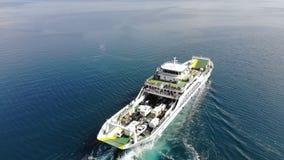 La navegación del transbordador en el mar abierto que sigue el tiro almacen de video