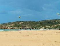 La navegaci?n y el practicar surf en la isla de Rodas, Prasonisi es el lugar para esa causa del deporte de los vientos grandes y  foto de archivo