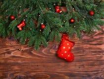 La Navidad Árbol de abeto adornado de la Navidad con los calcetines rojos de la Navidad en fondo de madera Copie el espacio, ento Fotografía de archivo