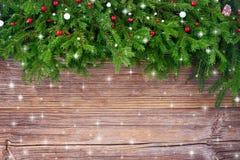 La Navidad Árbol de abeto adornado de la Navidad en viejo fondo de madera Imagenes de archivo