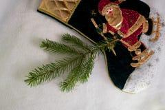 La Navidad, Año Nuevo empaquete Santa Claus y una rama del abeto en el fondo blanco Visión superior Foto de archivo
