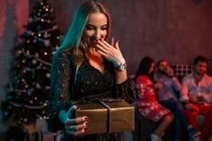 La Navidad, Navidad, Año Nuevo, invierno, concepto de la felicidad - mujer sonriente con la caja de regalo Fotografía de archivo libre de regalías