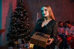 La Navidad, Navidad, Año Nuevo, invierno, concepto de la felicidad - mujer sonriente con la caja de regalo Imagen de archivo
