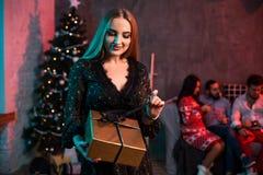 La Navidad, Navidad, Año Nuevo, invierno, concepto de la felicidad - mujer sonriente con la caja de regalo Imágenes de archivo libres de regalías