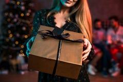 La Navidad, Navidad, Año Nuevo, invierno, concepto de la felicidad - mujer sonriente con la caja de regalo Foto de archivo libre de regalías