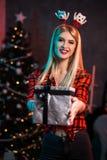 La Navidad, Navidad, Año Nuevo, invierno, concepto de la felicidad - mujer sonriente en sombrero del ayudante de santa con la caj Foto de archivo