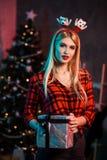 La Navidad, Navidad, Año Nuevo, invierno, concepto de la felicidad - mujer sonriente en sombrero del ayudante de santa con la caj Imagen de archivo libre de regalías