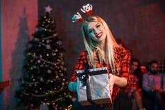 La Navidad, Navidad, Año Nuevo, invierno, concepto de la felicidad - mujer sonriente en sombrero del ayudante de santa con la caj Fotos de archivo libres de regalías