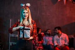 La Navidad, Navidad, Año Nuevo, invierno, concepto de la felicidad - mujer sonriente en sombrero del ayudante de santa con la caj Fotografía de archivo