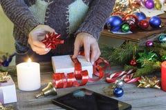La Navidad, Año Nuevo La mujer, regalos llenos, envueltos de la Navidad, encendidos vela, las decoraciones de la Navidad, hace fr Foto de archivo libre de regalías