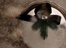 La Navidad, Año Nuevo placa de plata, seda, rama del abeto, perla Visión superior Imagenes de archivo