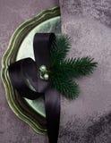 La Navidad, Año Nuevo placa de plata, seda, rama del abeto, perla Visión superior Foto de archivo libre de regalías