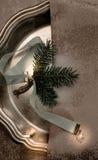 La Navidad, Año Nuevo platos de plata, cinta azul del satén y ramitas spruce Visión superior Imagen de archivo