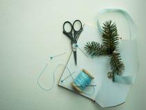 La Navidad, Año Nuevo Preparación para el día de fiesta - cuaderno, tijeras, hilo, cinta de seda, rama del abeto Foto de archivo