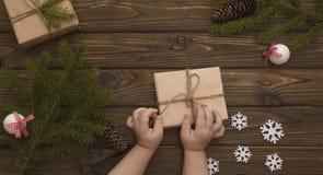 La Navidad, Año Nuevo, regalos, en un fondo de madera Imagenes de archivo