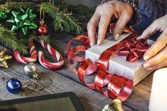 La Navidad, Año Nuevo, ser humano, adornando, regalo, caja, día de fiesta, celebración, presente, tableta, paso de la copia Foto de archivo libre de regalías