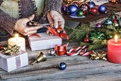 La Navidad, Año Nuevo, ser humano, adornando, regalo, caja, día de fiesta, celebración, presente, tableta, paso de la copia Fotos de archivo libres de regalías