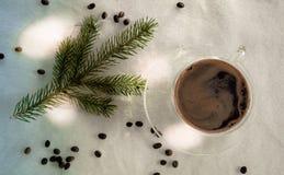 La Navidad, Año Nuevo taza de café, de habas y de ramitas spruce en un fondo blanco Visión superior Imagen de archivo