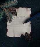 La Navidad, Año Nuevo una hoja de papel en el escritorio con el árbol de abeto de la rama inscripción - mi estimado amigo Imagen de archivo libre de regalías
