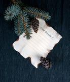 La Navidad, Año Nuevo una hoja de papel en el escritorio con el árbol y los conos de abeto de la rama inscripción estimado Papá N Fotos de archivo