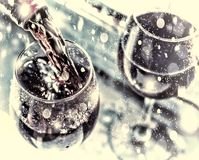 La Navidad, Año Nuevo Vino rojo de colada Vino en un vidrio foco selectivo, falta de definición de movimiento, vino rojo en un vi Foto de archivo