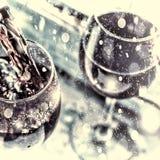 La Navidad, Año Nuevo Vino rojo de colada Vino en un vidrio foco selectivo, falta de definición de movimiento, vino rojo en un vi Imágenes de archivo libres de regalías