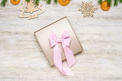 La Navidad Actual rectángulo del blanco con la cinta rosada Ramas del abeto, d Foto de archivo libre de regalías