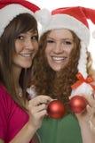 La Navidad, adolescentes felices con el bal del árbol de navidad Imagenes de archivo