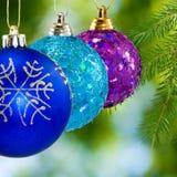 La Navidad adornó bolas en un fondo verde Foto de archivo libre de regalías