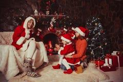 La Navidad adornó la chimenea Fotografía de archivo