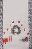 La Navidad adornó la chimenea en el interior moderno, concepto del día de fiesta Imágenes de archivo libres de regalías