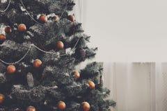 La Navidad adornó el árbol, cierre para arriba, espacio de la copia en ventana Imagen de archivo libre de regalías