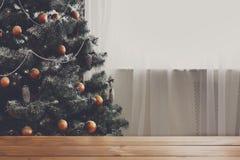 La Navidad adornó el árbol, cierre para arriba, espacio de la copia en ventana Imagen de archivo