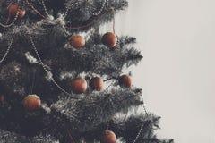 La Navidad adornó el árbol, cierre para arriba, espacio de la copia en ventana Foto de archivo libre de regalías